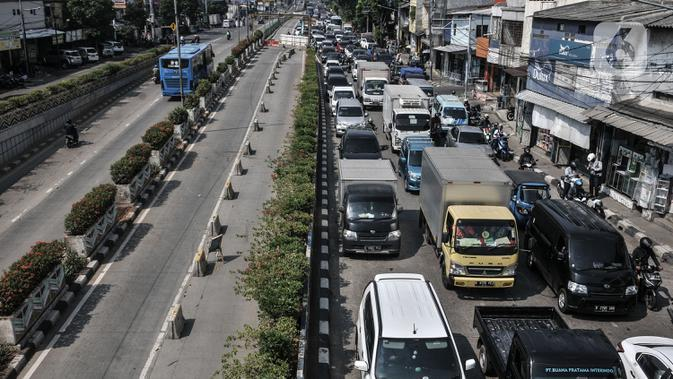 Kendaraan terjebak macet akibat penutupan Underpass Senen, Jakarta, Rabu (1/7/2020). Dishub DKI menutup ruas Underpass Senen dari arah Jalan Letjen Suprapto menuju Simpang Senen hingga akhir Juli 2020 guna memperlancar proyek pembangunan Underpass Senen Extension. (merdeka.com/Iqbal S. Nugroho)