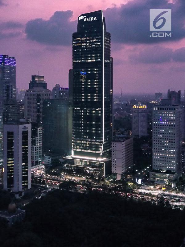 Gedung Menara Astra setinggi 260 meter yang terletak di Jalan Jendral Sudirman, Jakarta (20/2). Gedung ini dibangun dengan standar internasional Green Mark Platinum. (Liputan6.com/HO/Ilham)