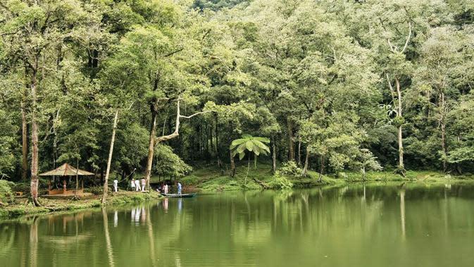 Telaga warna di Puncak Bogor menawarkan eksotisme alam dan nuansa mistis. (Liputan6.com/Achmad Sudarno)