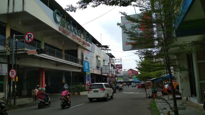 Pusat perbelanjaan di Jalan Bahagia Kota Cirebon menjadi salah satu tempat nge hits banyak kunjungan warga dahulu karena terdapat bioskop. Foto (Liputan6.com / Panji Prayitno)
