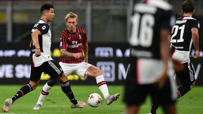 Penyerang Juventus, Cristiano Ronaldo (kiri) berebut bola dengan bek AC Milan, Simon Kjaer dalam laga giornata 31 Serie A 2019-2020 di San Siro, Rabu (8/7/2020) dini hari WIB. AC Milan sukses kalahkan Juventus 4-2. (Miguel MEDINA / AFP)
