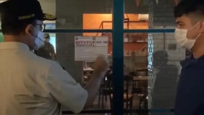 Langgar Aturan PSBB, 2 Warung Makan di Kramat Jati Disegel Petugas