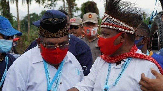 Momen saat Lautan Warga Antar Piet-Matret Daftar ke KPU