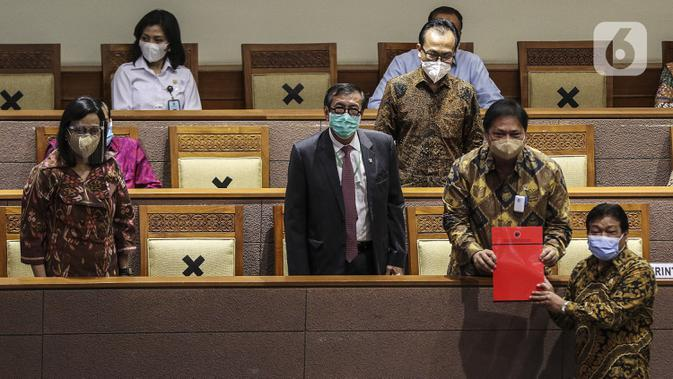 F-PDIP menyampaikan pandangan akhir fraksi tentang RUU Cipta Kerja kepada Menko Perekonomian Airlangga Hartarto saat Rapat Paripurna di Kompleks Parlemen, Jakarta (5/10/2020). Rapat membahas berbagai agenda, salah satunya mengesahkan RUU Omnibus Law Cipta Kerja menjadi UU. (Liputan6.com/JohanTallo)