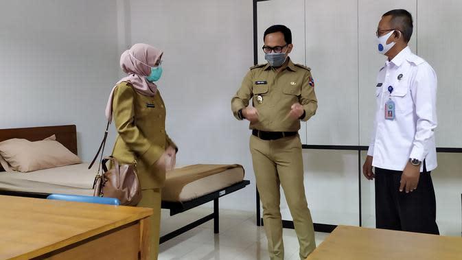Wali Kota Bogor Bima Arya meninjau tempat isolasi OTG Covid-19 di PPSDM BNN Lido. (Liputan6.com/Achmad Sudarno)
