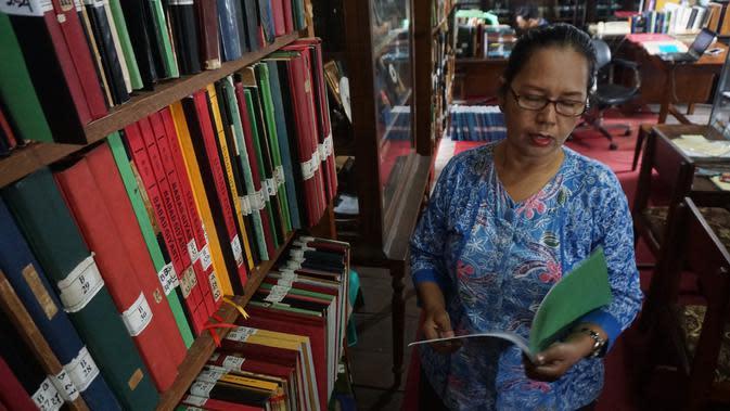 Pengelola Naskah Kuno Perpustakaan Rekso Poestoko, R.Ngt.Ng. Darweni ketika sedang menunjukkan manuskrip bahasa Jawa.(Liputan6.com/Fajar Abrori)
