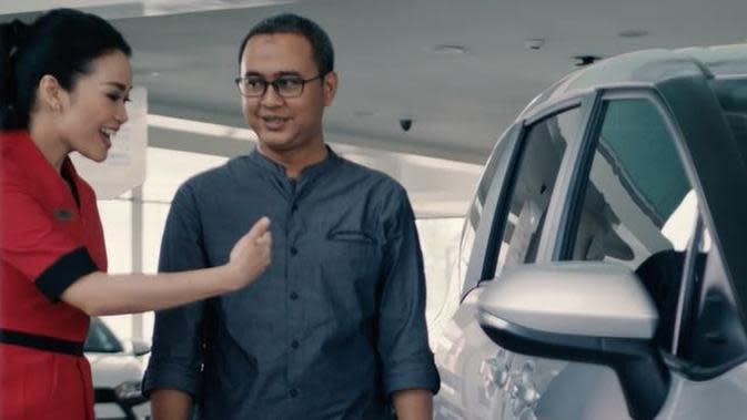 Seorang sales memberikan informasi soal produk Toyota kepada konsumen. (Dok Auto2000)
