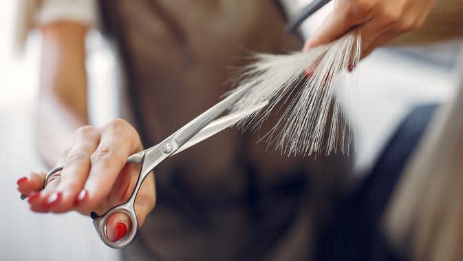 Ilustrasi Memotong Rambut Credit: freepik.com