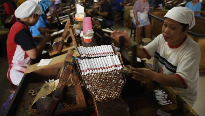 Pekerja di sebuah perisahaan rokok di Malang. Industri rokok daerah ini terus menyusut, sulit berkembang (Zainul Arifin/Liputan6..com)