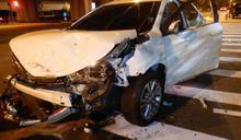 台中凌晨2車碰撞波及重機 車頭變形、撞斷石柱3人送醫