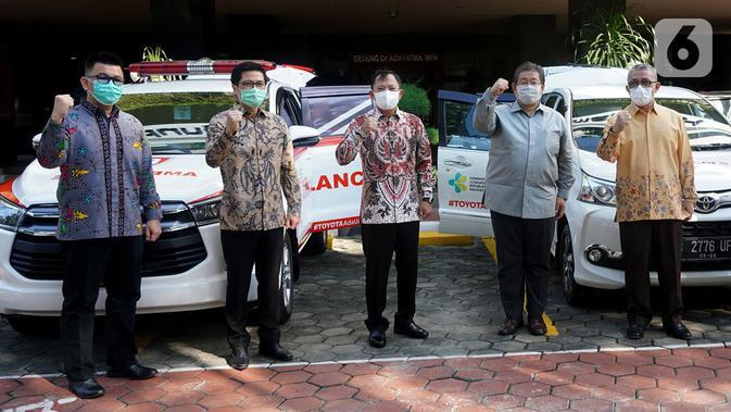 Menkes TerawanAgus Putranto (tengah) bersama jajaran Direksi PT Toyota Astra Motor (TAM) berikrar lawan Covid-19 di Jakarta Rabu (20/5/2020). Bantuan 3 mobil ambulan Kijang Innova dan 48 Toyota Avanza sebagai sarana mobilitas dalam penanganan Covid-19. (Liputan6.com/HO/Ady)
