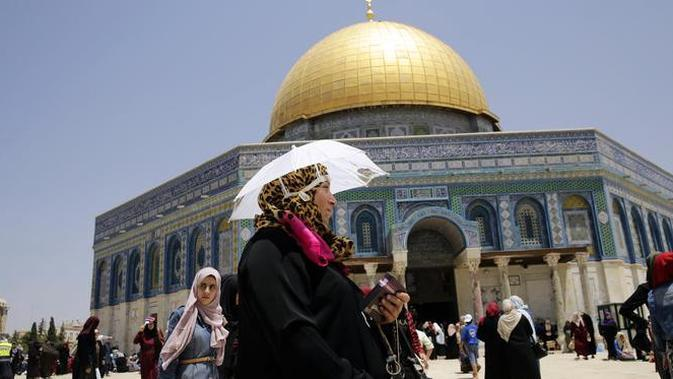 Jemaah muslim Palestina berkumpul untuk berdoa di kompleks Masjid Al Aqsa, Yerusalem (8/6). Masjid Al Aqsa ini merupakan salah satu tempat suci dan penting bagi umat muslim. (AP/Mahmoud Illean)