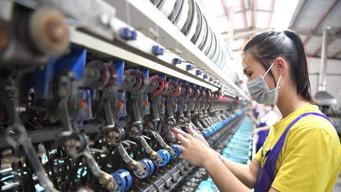 Seorang pegawai bekerja di pabrik penggulungan sutra di Wilayah Lingyun, Daerah Otonom Etnis Zhuang Guangxi, China selatan, 17 April 2020. Guangxi melakukan percepatan pembangunan infrastruktur transportasi di daerah miskin dan pelaksanaan proyek air minum. (Xinhua/Zhou Hua)