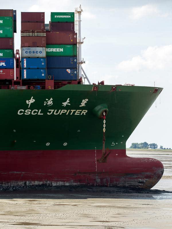 Sebuah kapal kontainer CSCL Jupiter Hong Kong yang terdampar di muara Westerschelde di dekat kota Bath di Belanda setelah insiden grounding (14/8). (AFP PHOTO/Belga/Kristof Van Accom/Belgium Out)