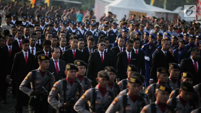 Sejumlah personel polisi berbaris saat berlangsungnya upacara peringatan HUT Ke-73 Bhayangkara di kawasan Monas, Jakarta, Rabu (10/7/2019). Presiden Joko Widodo (Jokowi) menjadi inspektur upacara yang dihadiri sebanyak 4.000 personel Polri dan 7 resimen TNI tersebut. (Liputan6.com/Faizal Fanani)