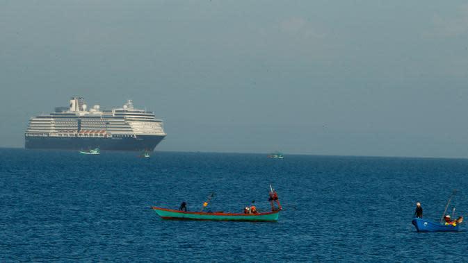 Kapal pesiar MS Westerdam terlihat dari pelabuhan Sihanoukville, Kamboja, Kamis (13/2/2020). Kapal pesiar yang mengangkut 2.200 penumpang beserta kru tersebut sebelumnya ditolak oleh Thailand, Jepang, Taiwan, Filipina, dan Guam karena khawatir adanya virus corona. (AP Photo/Heng Sinith)