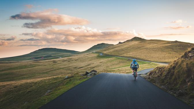 Ilustrasi bersepeda di pegunungan. (dok. unsplash/Novi Thedora)