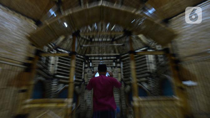 Umat Muslim melaksanakan salat di Masjid yang terbuat dari bambu di Kecamatan Kragilan, Kabupaten Serang, Banten, Rabu (20/5/2020). Dengan komposisi 60% struktur bangunan masjid bernama Saka Buana tersebut menggunakan material dari bambu. (merdeka.com/Imam Buhori)