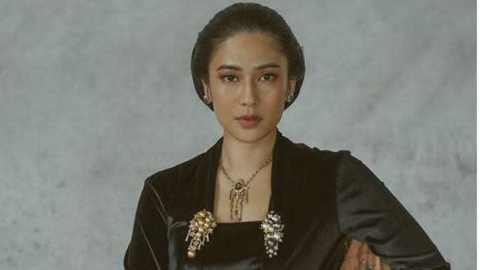 Dian Sastrowardoyo berpose sebagai RA Kartini. foto: @dikhadheansa. (dok.Instagram @therealdisastr/https://www.instagram.com/p/BwhREiZhGPV/Henry)