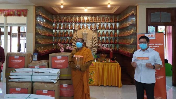 Hadapi Pandemi Bersama, Umat Buddha Beri Bantuan APD ke Banyuwangi