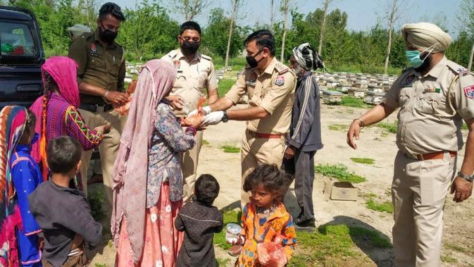 Polisi di India Borong Sayuran untuk Dibagikan Gratis. (dok.Twitter @PPASSR2/https://twitter.com/PPASRR2/status/1242067181908586502/Henry)