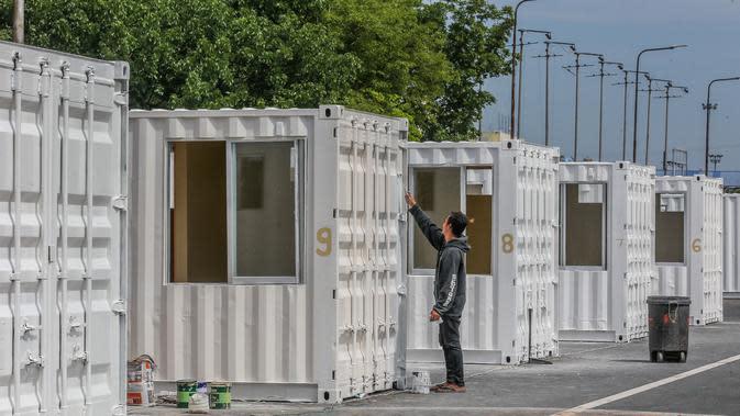 Seorang pekerja dari Departemen Pekerjaan Umum dan Jalan Raya Filipina menyiapkan kontainer yang akan diubah menjadi fasilitas medis sementara di Manila, Filipina, (29/4/2020). (Xinhua/Rouelle Umali)