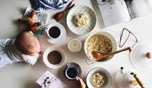 工作時有孩子陪伴,總會出現意外驚喜!餐桌上一張沒有構圖的生活照,有女兒陪伴的氣味