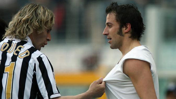 Pavel Nedved dan Alessandro Del Piero merupakan dua pemain yang setia bertahan di Juventus, meski timnya terdegradasi ke Serie B 2006-2007 akibat skandal Calciopoli. (AFP/GIUSEPPE CACACE)