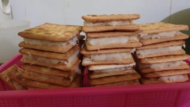 Nikmatnya Ngemil Roti Gabin Isi Tape