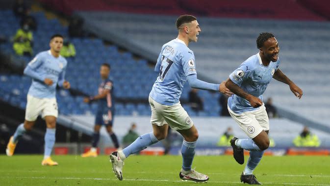 Pemain Manchester City Raheem Sterling (kanan) melakukan selebrasi usai mencetak gol ke gawang Arsenal pada pertandingan Liga Premier Inggris di Etihad Stadium, Manchester, Inggris, Sabtu (17/10/2020). Manchester City menang 1-0. (Martin Rickett/Pool via AP)