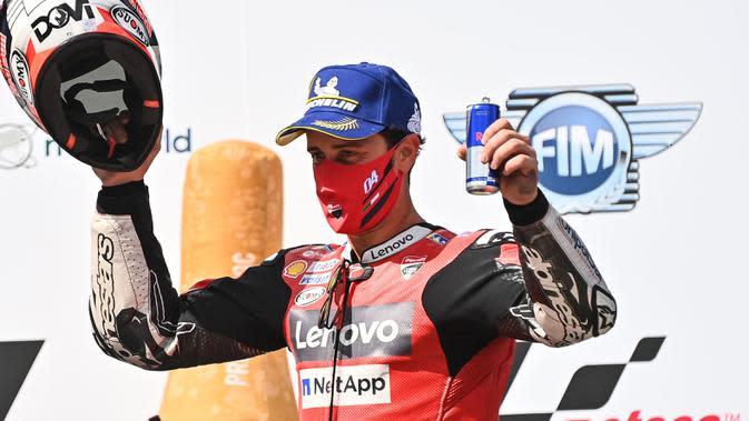 Pembalap Ducati, Andrea Dovizioso, melakukan selebrasi usai menjuarai balapan MotoGP Austria di Sirkuit Red Bull Ring, Minggu (16/8/2020). Dovizioso finis pertama dengan catatan waktu 28 menit 20,853 detik. (AFP/Joe Klamar)