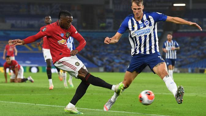 Bek Manchester United, Aaron Wan-Bissaka, berebut bola dengan pemain Brighton pada laga Premier League pekan ke-32 di Stadion Falmer, Rabu (1/7/2020) dini hari WIB. Manchester United menang 3-0 atas Brighton. (AFP/Andy Rain/pool)