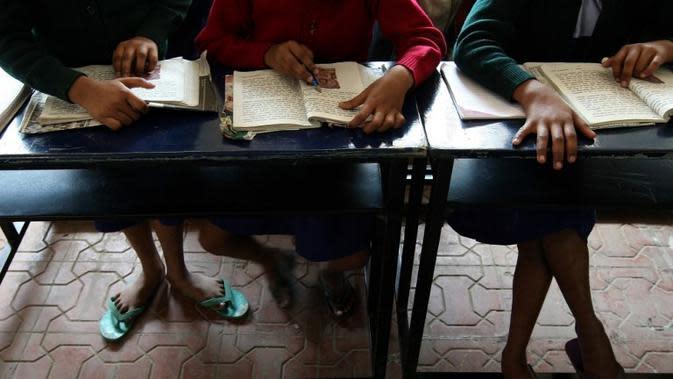 Sadis, Kepala Sekolah di India Bakar Tangan 13 Murid dengan Lilin. Foto ilustrasi murid di India diambil pada 2008 (INDRANIL MUKHERJEE / AFP)