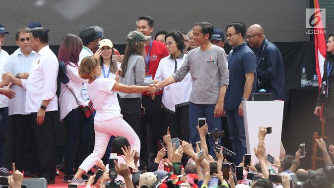 Presiden Joko Widodo bersalaman dengan artis Nirina Zubir peresmian pengoperasian Moda Raya Terpadu Jakarta fase 1 di Kawasan Bundaran HI, Jakarta, Minggu (24/3). Acara ini sekaligus pencanangan pembangunan Moda Raya Terpadu Jakarta fase 2. (Liputan6.com/Helmi Fithriansyah)
