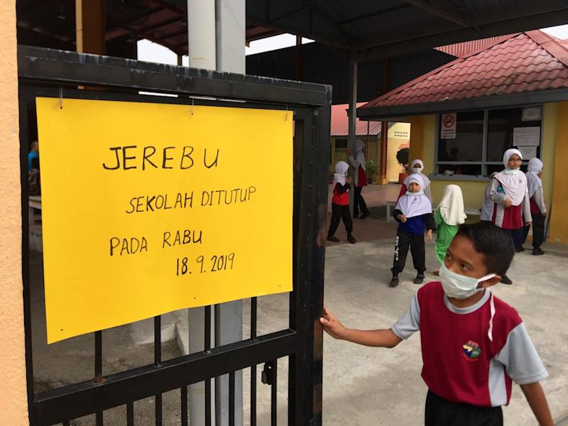 A student reads a closure notice at a school in Balik Pulau, Penang September 18, 2019. — Picture by KE Ooi