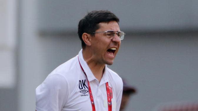 Pelatih PSM Makassar, Darije Kalezic, saat melawan Becamex Binh Duong pada laga semifinal Zona ASEAN Piala AFC 2019 di Stadion Pakansari, Rabu (26/6). PSM menang 2-1 atas Becamex Binh Duong. (Bola.com/M Iqbal Ichsan)