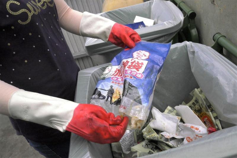 ▲大膽島戰鬥體驗餐盒不環保,吃一次就會產生5、6個塑膠袋垃圾。(圖/記者蔡若喬攝)