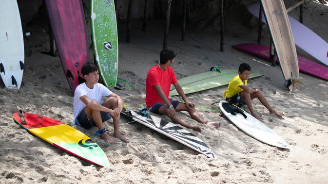 Para peserta menunggu giliran dalam Kontes Selancar Phuket 2020 di Pantai Kalim di Phuket, Thailand (14/9/2020). Acara yang berlangsung selama tiga hari itu merupakan bagian dari kampanye pemerintah Thailand untuk mempromosikan pariwisata dan merangsang perekonomian. (Xinhua/Zhang Keren)