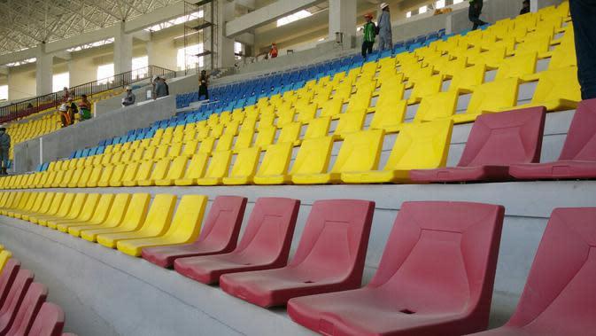 Kursi penonton di Stadion Manahan, telah terpasang rapi dan kuat. (Bola.com/Vincentius Atmaja)