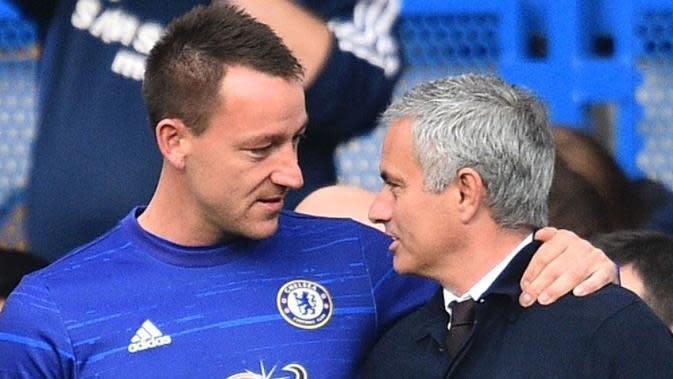 Manajer Manchester United Jose Mourinho (kanan) bersama kapten Chelsea John Terry (kiri) di Stamford Bridge, London, 23 Oktober 2016. (AFP/Glyn Kirk)