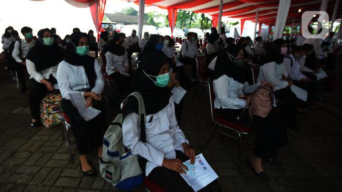 Peserta Seleksi Kompetensi Bidang (SKB) menunggu dimulainya Computer Assisted Test (CAT) untuk Calon Pegawai Negeri Sipil Kemenkumham di Gedung Kepegawaian Negara, Jakarta, Rabu (2/9/2020). Pelaksanaan SKB CPNS yang diikuti 829 peserta itu menerapkan protokol kesehatan. (merdeka.com/Imam Buhori)