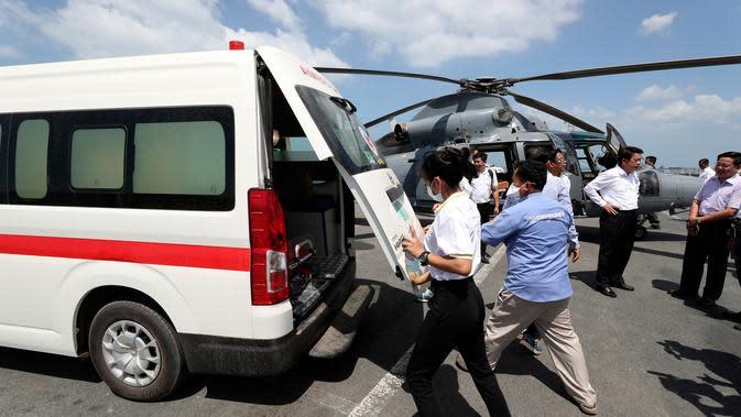 Petugas medis membawa sampel dari kapal pesiar MS Westerdam ke dalam mobil untuk pengujian di Sihanoukville, Kamboja, Kamis (13/2/2020). Jika hasil pemeriksaan menunjukkan ada penumpang yang terinfeksi virus corona, pihak Kamboja akan memberikan perawatan medis. (AP Photo/Heng Sinith)