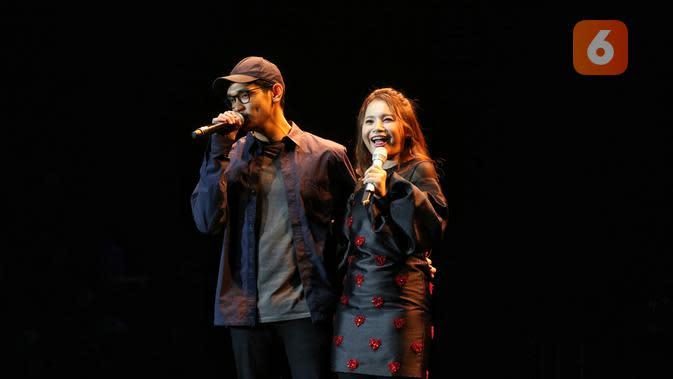 Duet Rossa dan Afgan dalam festival musik Love Fest di Istora Senayan, Jakarta Pusat, Jumat (21/2/2020) malam. (Adrian Putra/Fimela.com)