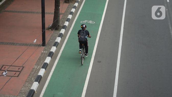Warga mengayuh sepedanya saat melintas Jalan MH Thamrin, Jakarta, Selasa (30/6/2020). Untuk menyikapi maraknya penggunaan sepeda sebagai sarana transportasi oleh masyarakat, Kementerian Perhubungan menyiapkan regulasi untuk pesepeda, khususnya aspek keselamatan. (Liputan6.com/Immanuel Antonius)