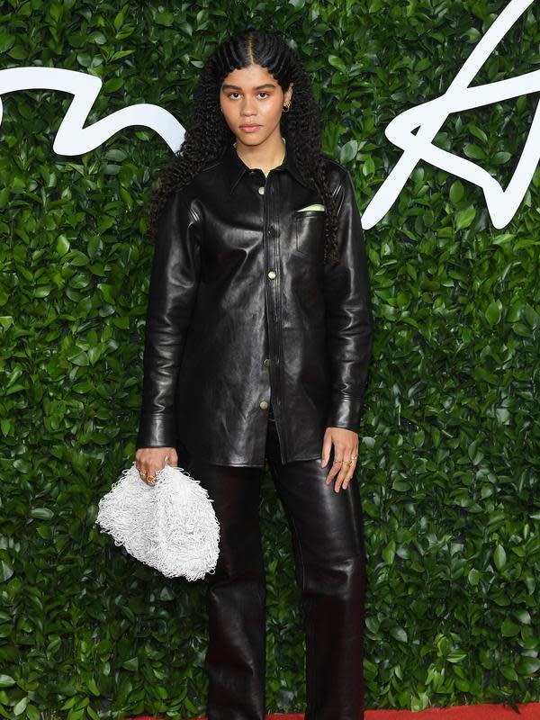 Ama Lou memakai koleksi Bottega Veneta di British Fashion Awards 2019