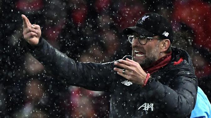 Ekspresi Pelatih Livepool, Jurgen klopp, ketika memberikan arahan kepada pemainnya saat Liverpool melawan Atletico Madrid pada laga 16 besar Liga Champions. (AFP/Javier Soriano)