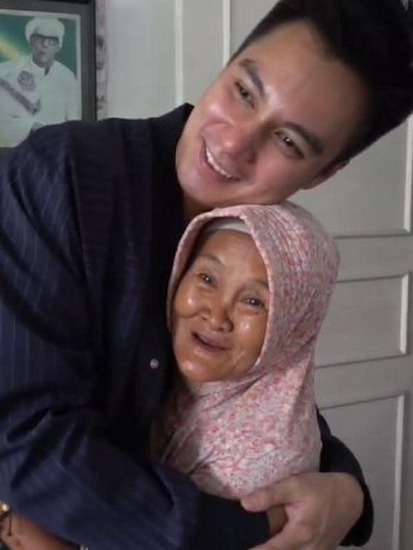 Kedekatan Baim Wong dan nenek Iro, bak keluarga kandung. (Sumber: YouTube/Baim Paula)