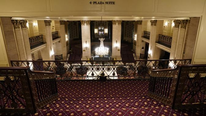 Lantai mezzanine terlihat dari lobi Hotel Roosevelt, hotel mewah bersejarah di Midtown Manhattan, terlihat di New York pada 12 Oktober 2020. Hotel landmark Kota New York yang telah dibuka sejak tahun 1924 tersebut harus gulung tikar lantaran pandemi Covid-19. (TIMOTHY A. CLARY / AFP)