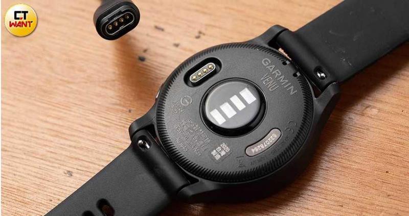 包裝盒內附USB充電線,充電介面位於手錶背面。(圖/張文玠攝)
