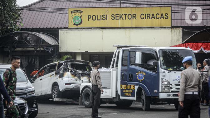 Suasana pascapenyerangan di Polsek Ciracas, Jakarta, Sabtu (29/8/2020). Polsek Ciracas diserang oleh sejumlah orang tak dikenal pada Sabtu (29/8) dini hari. (Liputan6.com/Faizal Fanani)